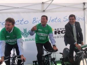 El alcalde de Burgos también pedaleó en la bici solidaria...